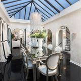 Im großzügigem Essbereich hat Paris sicher das ein oder andere luxuriöse Dinner serviert bekommen.      https://www.toptenrealestatedeals.com/homes/weekly-ten-best-home-deals/2018/10-25-2018/1/