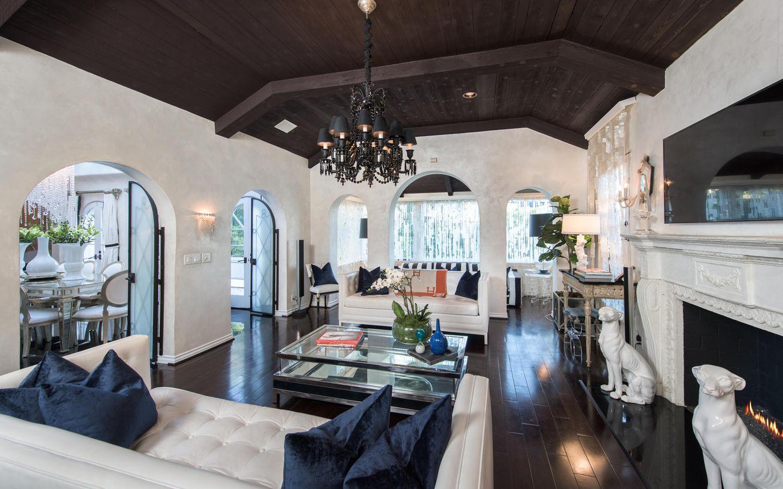 Und im großzügigen Wohnzimmer mit Kamin konnte es sich Paris auf ihren großen Sofas dann so richtig gut gehen lassen.      https://www.toptenrealestatedeals.com/homes/weekly-ten-best-home-deals/2018/10-25-2018/1/