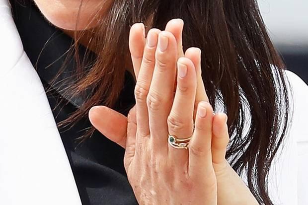Angeblich soll der weiße Diamant für den Geburtsmonat ihres Kindes stehen.