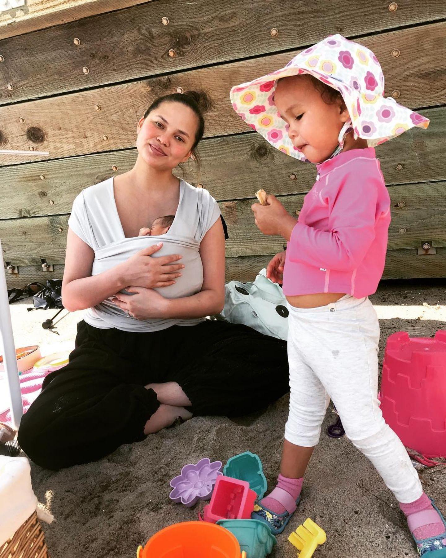 5. Juni 2018  Chrissy Teigen verbringt mit den beiden Kids Miles Theodore und Luna einen entspannten Tag am Meer.