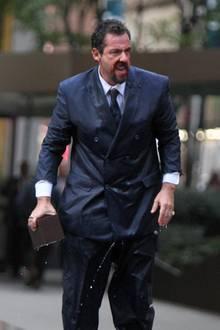 """Adam Sandler gibt bei den Dreharbeiten zu seinem neuen Film """"Uncut Gems"""" in New York alles. Blutverschmiert, klitschnass und dazu mit einem angsteinflößenden Blick läuft der Schauspieler durch die amerikanische Metropole."""