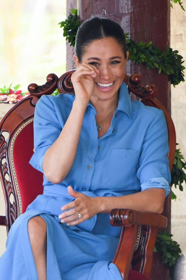 Am zweiten Tag auf der Südpazifik-Insel Tonga konnte Herzogin Meghan bei der Darbietung eines Knaben-Chors gar nicht mehr an sich halten – prustete los und lachte Tränen.Nur waswar denn da so lustig? Na, der Anti-Moskito-Song des College-Chors. Mit Strahle-Lächeln, Tanzeinlagen und lautem Summen, sangen die Jungen einen Song, indem es darum ging, lästige Mücken zu verscheuchen. Herzogin Meghan scheint sich jedenfalls köstlich zu amüsieren.