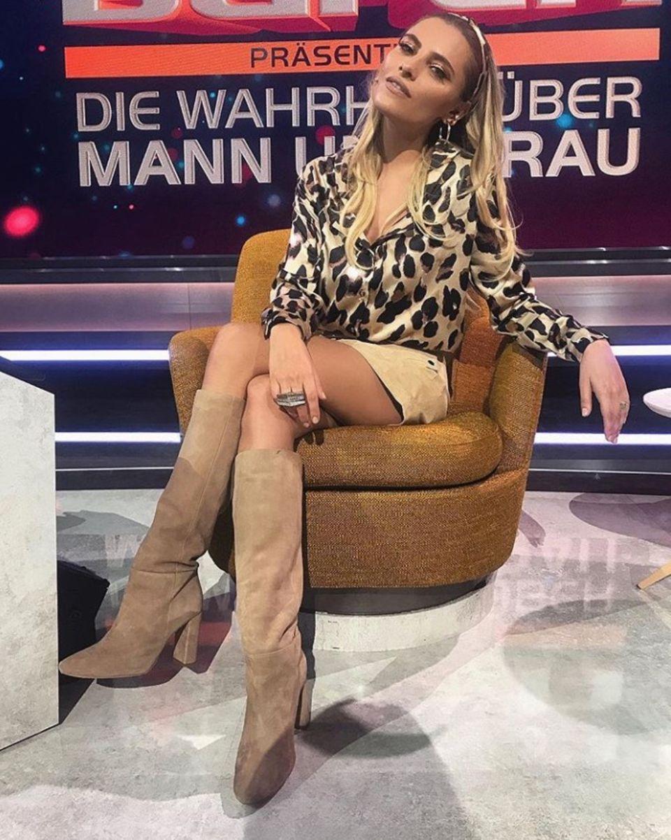Im Fernsehen dürfen es dann doch ein paar mehr Kleider sein: Für die Show von Mario Barth wählt Sophia eine stylische Bluse mit Leo-Muster, ein knappes Röckchen und beige Wildlederstiefel. Tierisch trendy!