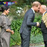 Tag 12  In der Residenz von Generalgouverneurin Patsy Reddy erwartet Herzogin Meghan und Prinz Harry anschließend eine traditionelle Maori-Willkommenszeremonie mit zwei Maori-Ältesten. Prinz Harry macht den Anfang.