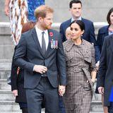 Tag 12  Angekommen in Neuseeland machen sich Prinz Harry und Herzogin Meghan auf den Weg zur Kranzniederlegung im Pukeahu National War Memorial Park.