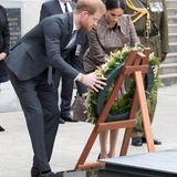 Tag 12  Das Paar besuchteine neu eingeweihte Kriegsgedenkstätte in Wellington und legtam Grab des unbekannten Soldaten einen Kranz nieder.