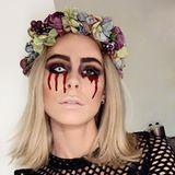 Erkennen Sie diesen schaurig schönen Star mit Blumenkranz im Haar? Kleiner Tipp: Eigentlich hat diese Sängerin dunkle Haare. Es handelt sich um Lena Meyer Landrut, die auf Instagram ihr Halloweenkostüm zeigt.
