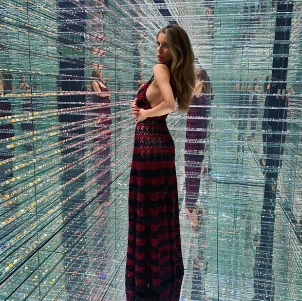 Verruchter Blick, eine tolle Pose und dieses Kleid! Victoria Swarovski zeigt sich auf Instagram von ihrer sexy Seite - im wahrsten Sinne des Wortes; der Sideboob-Ausschnitt ihres Azzedine-Alaia-Kleides gewährt tiefe Einblicke!