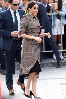 Bei ihrer Ankunft in Wellington, Neuseeland zeigt sich Herzogin Meghan zum ersten Mal in Umstandsmode. Unter ihrem karierten Trenchcoat des britischen Designerin Karen Walker (483 Euro) trägt Meghan nämlich einen schwarzesKleid aus der Schwangerschaftslinie von Asos. Und das ist ein echtes Schnäppchen ...