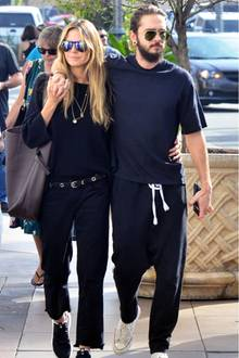 Pilotenbrille, weit geschnittene Shirts, bequeme Hosen und Sneaker - auch VIP-Pärchen wie Heidi und Tom setzen auf Partnerlooks. Heidi ist schließlich auch dafür bekannt, ihren Style auf ihre Partner abzustimmen. So oder so ist den beiden das Glück förmlich ins Gesicht geschrieben und das steht ihnen ausgezeichnet.