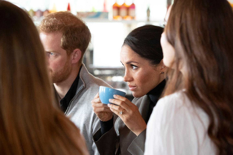 Tag 13  Beim gemeinsamen Tee lassen sich Meghan und Harry von der Arbeit im Maranui Café erzählen.