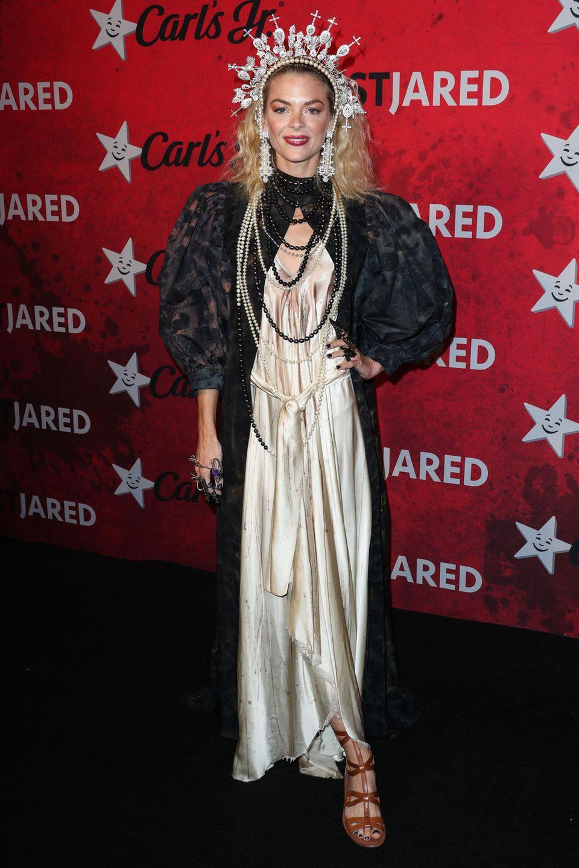 Jaime King lässt sich von B. Akerlund - sie kleidet sonst Beyoncé und Fergie für Musikvideos oder aber Madonna und Kate Moss für Kampagnen ein - zu der Jungfrau von Orléans stylen.