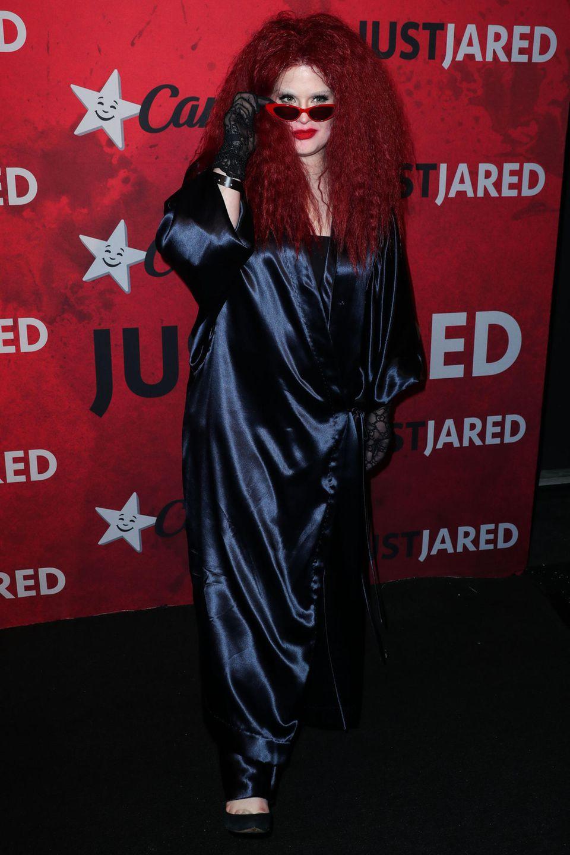 Kelly Osbourne versteckt sich unter einer riesigen Perücke und hinter einer Sonnenbrille.