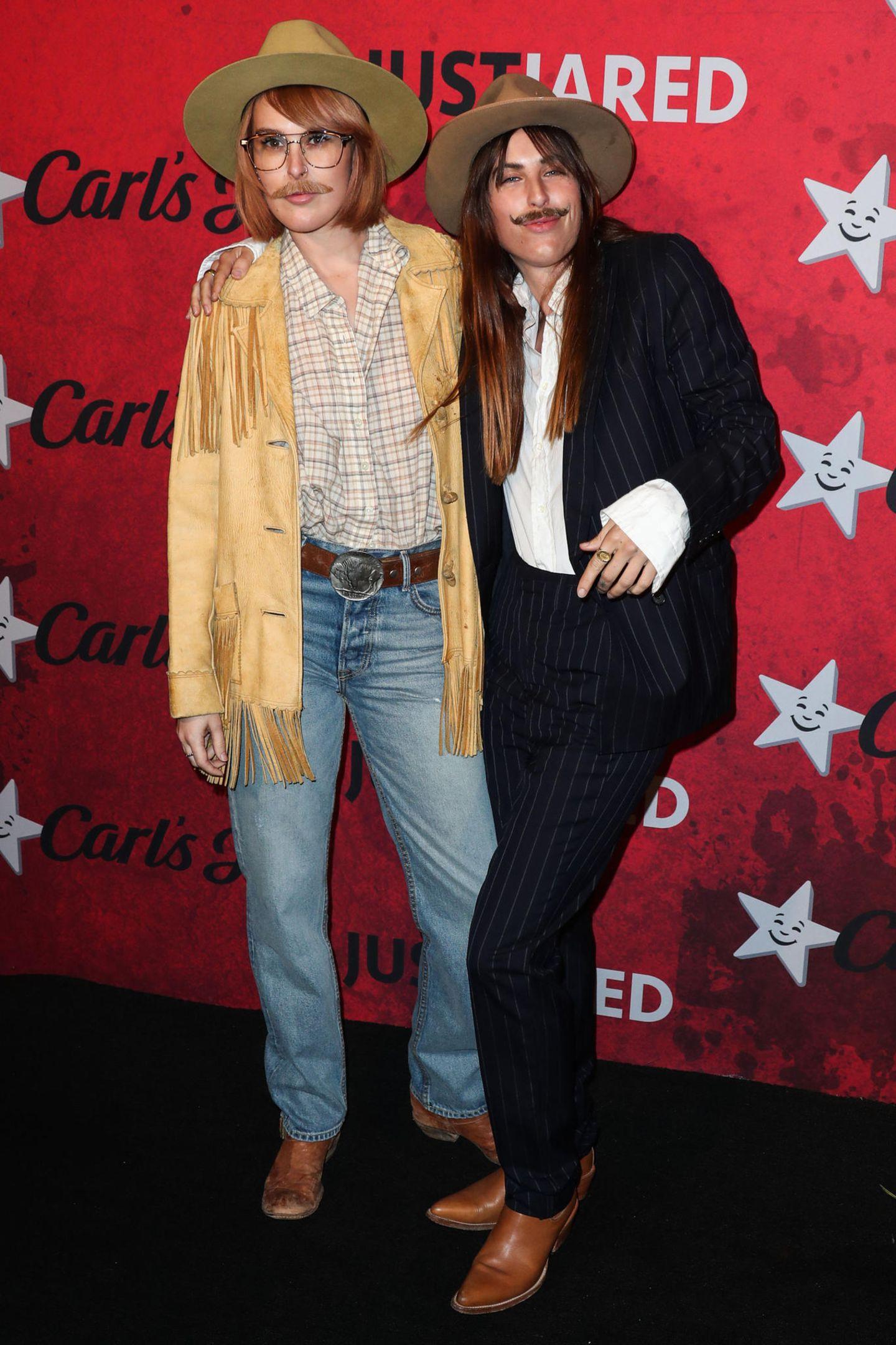 Die Willis-Schwestern Rumer und Scout erscheinen als Cowboy-Brüder Scott und Glenn bei der Party von Just Jared.
