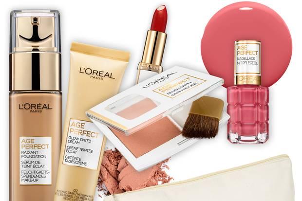 Eine Beauty-Bag voll mit Produkten von L'Oréal Paris Age Perfect