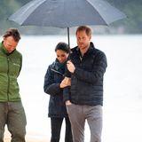Tag 13  Das neuseeländische Frühlingswetter hätte bei Harrys und Meghans Besuch desAbel-Tasman-Nationalparks wahrlich besser sein können, aber feste Kleidung und ein Prinz, der seiner Herzogin den Schirm hält, sind viel wert.