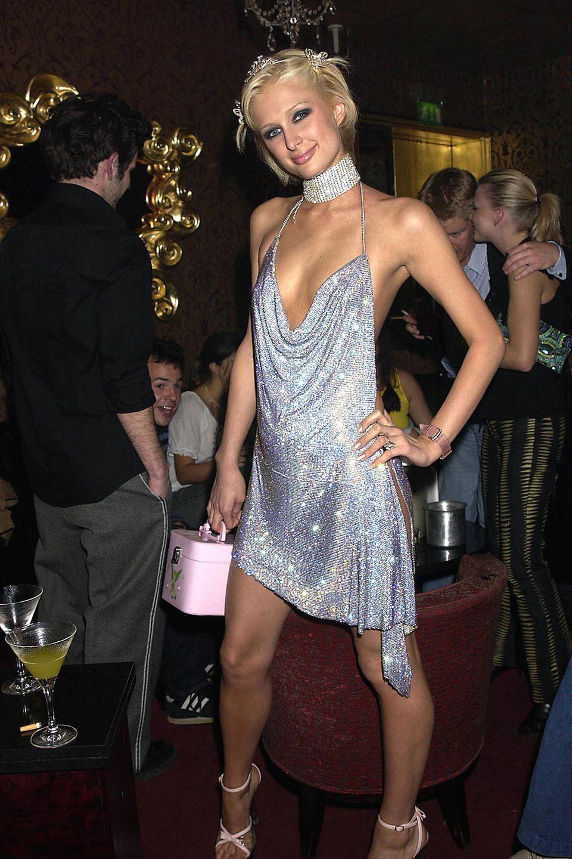 Viel Glitzer, wenig Stoff: Im Mai 2003 feiert Paris Hilton ihren 21. Geburtstag in diesem Minikleid aus Kristallen.