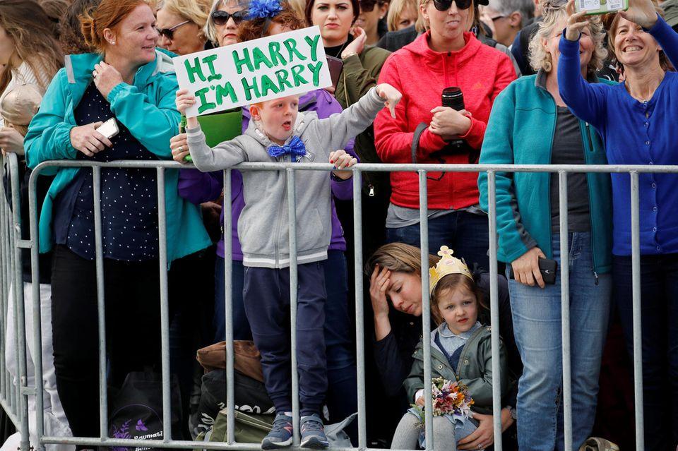 """""""Hi Harry, ich bin Harry"""" steht auf dem Schild des siebenjährigen Fans."""