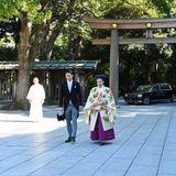 Ehrfürchtig betretenPrinzessin Ayako und Kei Moriya den Meiji-Schrein.