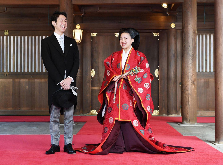 Nach der Zeremonie strahlen die Frischvermählten bis über beide Ohren. Ayako dabei im zweiten roten Brautgewand besonders schön.