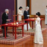 """26. Oktober 2018  Drei Tage vor ihrer Hochzeit verabschiedet sich Prinzessin Ayako vor ihren Großeltern KaiserAkihito und Kaiserin Michiko beim traditionellen """"Choken no Gi""""-Ritualvon der Familie, um ihren Weg in die Ehe anzutreten."""