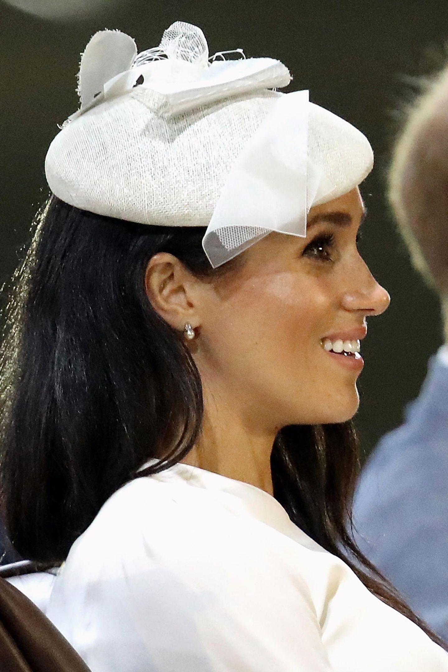 Wer sich ein wenig mit dem Schmuckgeschmack von Queen Elizabeth auskennt, könnte hier erraten, dass diese schönen Diamant-und Perlenohrringe ein Geschenk der Königin an Meghan gewesen sind. Wert: ca. 4800 Euro.