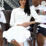 So, und jetzt festhalten! Das relativ simpel aussehende Diamant-Armband, das die Herzogin bei ihrer Willkommenszeremonie in Fidschi trägt, ist ein Geschenk von Meghans Schwiegervater Prinz Charles und wird auf einen Wert von 150.000 Pfund, also ca.168.725 Euro geschätzt.