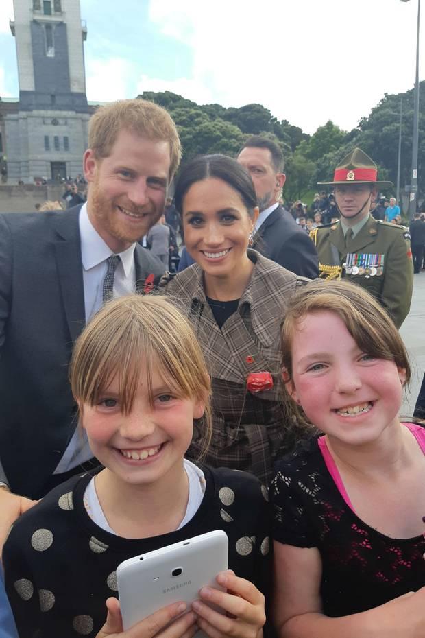 Sophie und Hope strahlen vor Glück: Prinz Harry und Herzogin Meghan posieren für ein gemeinsames Foto mit ihnen. Insgesamt neun Stunden harrten die beiden Mädchen in Wellington aus.Das Warten hat sich gelohnt.