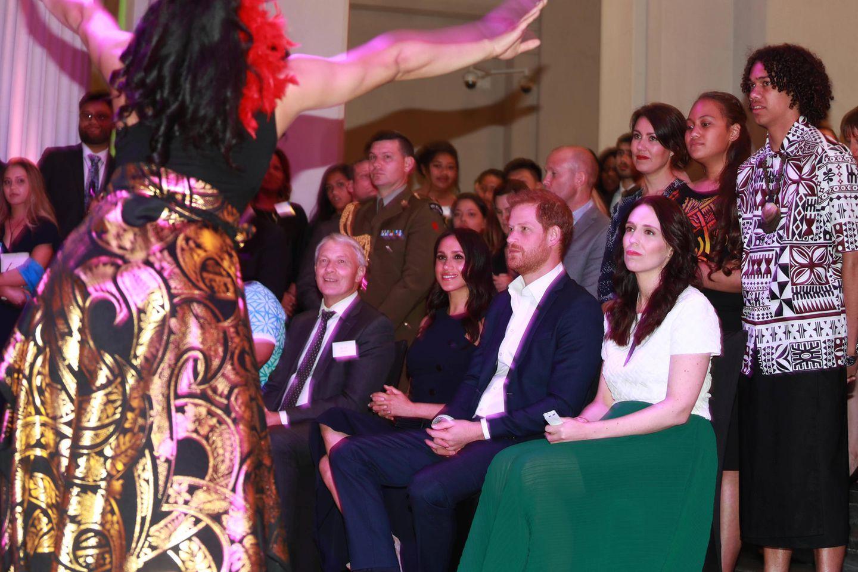Tag14  Im Auckland War Memorial Museum werden Herzogin Meghan und Prinz Harry Zeuge eines traditionellen Tanzes.