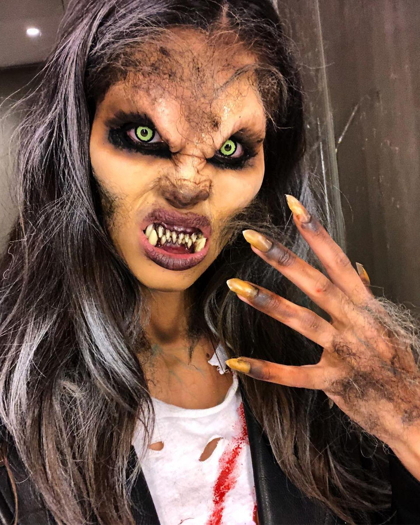"""Da läuft uns direkt ein Schauer über den Rücken.""""Victoria's Secret""""-Engel Sara Sampaio zeigt, wie Halloween richtig geht, nämlich richtig schaurig. Mit vergilbten Fingernägeln und ordentlichem Überbiss ist die Schönheit in dem behaarten Werwolf kaum wiederzuerkennen."""