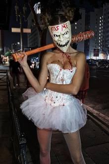 Dieser blutigen Ballerina mit Baseballkeule möchten wir bei Nacht lieber nicht begegnen. Josephine Skriver schaut wirklich schaurig aus!