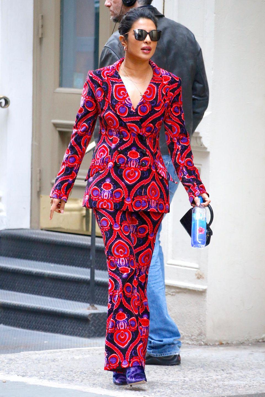 Ein Outfit, bei dem man einfach nicht wegschauen kann: Schauspielerin Priyanka Chopra wählt einen auffälligenZweiteiler von Marchesa, bestehend aus Blazer und passender Anzugshose. Beim längeren Hinsehenkann einem schon mal etwas anders werden. Ob Priyanka weiß, dass sie mit ihrem Look hypnotisiert?