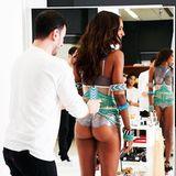 """Jasmine Tookes' Assistent dürfte einen der härtesten Job haben, schließlich muss er bei größtmöglicher Ablenkung konzentriert arbeiten.""""Macht eure Hintern bereit!"""", postet das Supermodel und macht damit auf die kommende """"Victoria's Secret""""-Show aufmerksam."""