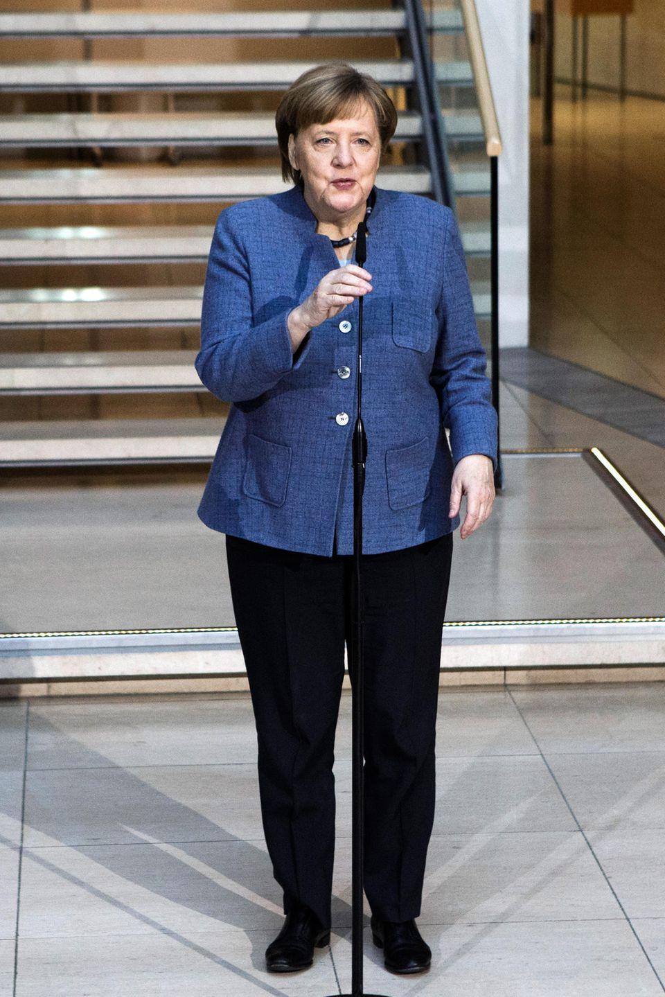 Für Pressekonferenzen, wie beispielsweise dieam 4. Februar 2018 in Berlin, trägt Angela Merkel am liebsten einen Blazer in Kombination miteiner schwarzenStoffhose. Dass sie diese Art von Blazer nicht nur in der Farbe blau besitzt, fällt bei der genaueren Style-Analyse schnell auf.