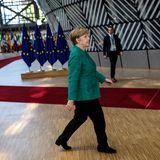 Beim Auftakt des EU-Gipfels im Juni 2018 erscheint unsere Bundeskanzlerin ebenfalls in einer Blazer-Stoffhosen-Kombination. Statt blau greift Merkel hierzu einer melierten,jägergrünen Blazer-Variante.