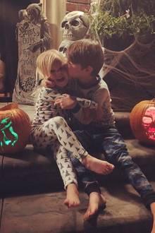 """""""Ich liebe diese kleinen Kürbisköpfe und ihre Kürbisse"""", postet Fernsehmoderatorin Vanessa Lachey zu dem süßen Foto ihrer Kids vor stimmiger Halloweendekoration."""