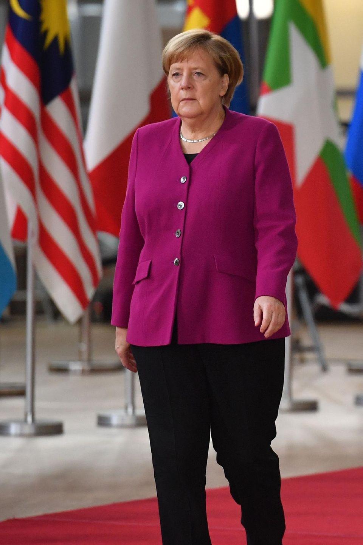 Zum Asien-Europa-Treffen am 19. Oktober 2018 in Brüssel erscheint die Kanzlerin in einer altbewährten Kombination aus Blazer, schwarzer Stoffhose und schlichten, ebenfalls schwarzen Halbschuhen. Die Farbe Fuchsia zählt zu einer der Lieblingsfarben von Angela Merkel.