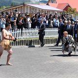 Tag15  Prinz Harry, rechts in der Hocke,wird mit demPōwhiri,einer Begrüßungszeremonie der Māori, willkommen geheißen.