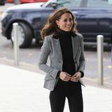 Auch Herzogin Catherine greift im kühlen London zu einem offiziellen Termin zum Rollkragen-Pullover. Wie Herzogin Meghan, kombiniert Kate das kuschelige Teil mit in einer schwarzen, schlichten Jeans und schwarzen Boots aus Wildleder. Statt eines Trenchcoats greift die Frau von Prinz William zu einemnicht weniger eleganten Blazer des Labels Smythe.