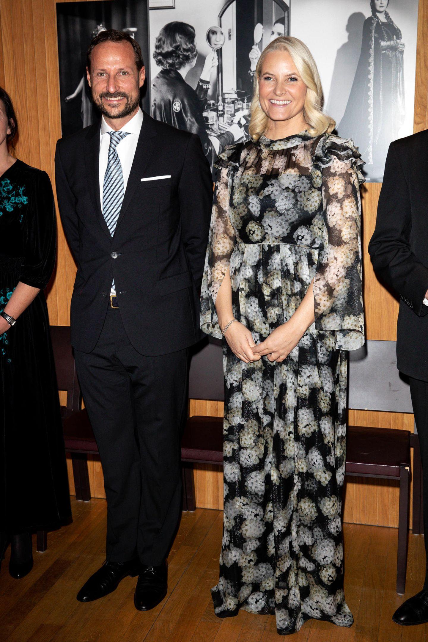 Sie kann wieder strahlen! Zur Verleihung des Literaturpreises des Nordischen Rates in Björvika zeigt sich Kronprinzessin Mette-Marit, gemeinsam mit ihrem Mann, Kronprinz Haakon, mit einem strahlenden Lächeln. Nach vielen gesundheitlichen Problemen und der Diagnose Lungenfibrose scheint sich Mette-Marit an diesem Abend wohlzufühlen. Was nicht zuletzt an ihrem traumhaften Kleid liegt ...