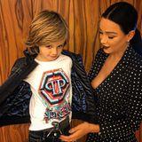 """Auf Verona Pooths jüngstem Instagram-Fotozeigt sich die Werbe-Ikone mit ihrem Sohn Rocco Backstage bei Designer Philipp Plein. Auf den ersten Blick ein süßes Mutter-Sohn-Foto. Doch auf den zweiten wollen einige von Veronas Instagram-Follower einen Nippelblitzer erkennen und fachen eine heiße Diskussion an. Verona beschwichtigt und schreibt: """"Oh mein Gott. Das ist nur das Licht. Alles gut ..."""""""