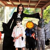 """""""Meine Halloween-Gang"""", postet Model Elsa Pataky. Gemeinsam mit ihren kreativ verkleideten Kids Sasha, India und Tristan gehts auf zum Süßigkeitensammeln."""