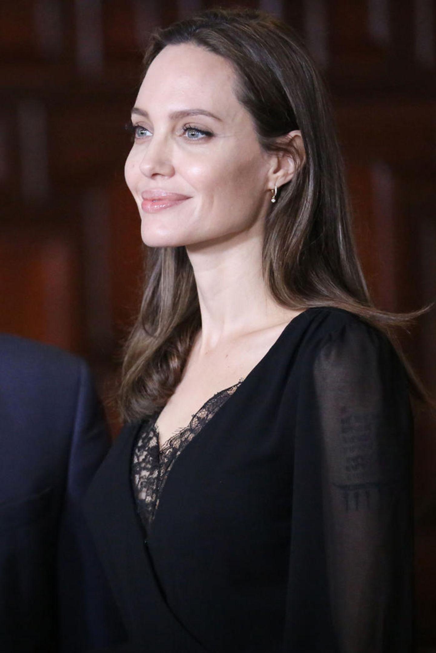 In ihrer Rolle als Sondergesandte derHochkommissar UNHCR stattet Schauspielerin Angelina Jolie Peru einen Staatsbesuch ab, um dort venezolanische Flüchtlinge zu treffen, die aus ihrer krisengeschüttelten Heimat fliehen mussten. Bei einem Treffen mit Ministerpräsident Nestor Popolizio zeigt sie sich in einem eleganten, schwarzen Kleid mit raffinierten Details.