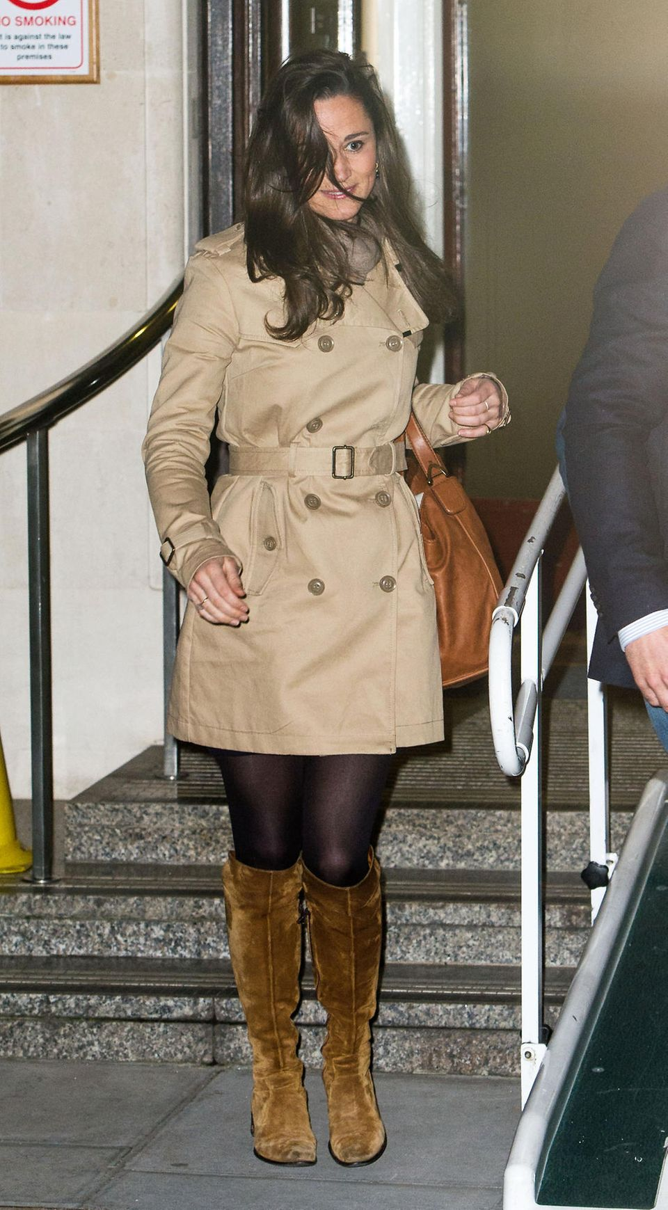 Auch ihre Schwester Pippa kann auf das klassische Trendstück nicht verzichten. Ähnlich wie ihre Schwester Kate, kombiniert sie die Jacke mit einer schwarzen Strumpfhose. Sie wählt jedoch Accessoires und Schuhe in der Farbe Cognac.