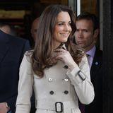 Herzogin Catherines Style lässt sich als klassisch-chic bezeichnen. Da liegt es auf der Hand, dass ein Trenchcoat als Klassiker unter den Jacken in Kates Garderobe nicht fehlen darf. Um den Trench in den Fokus zu setzen, fällt der restliche Look von Kate schlicht aus.