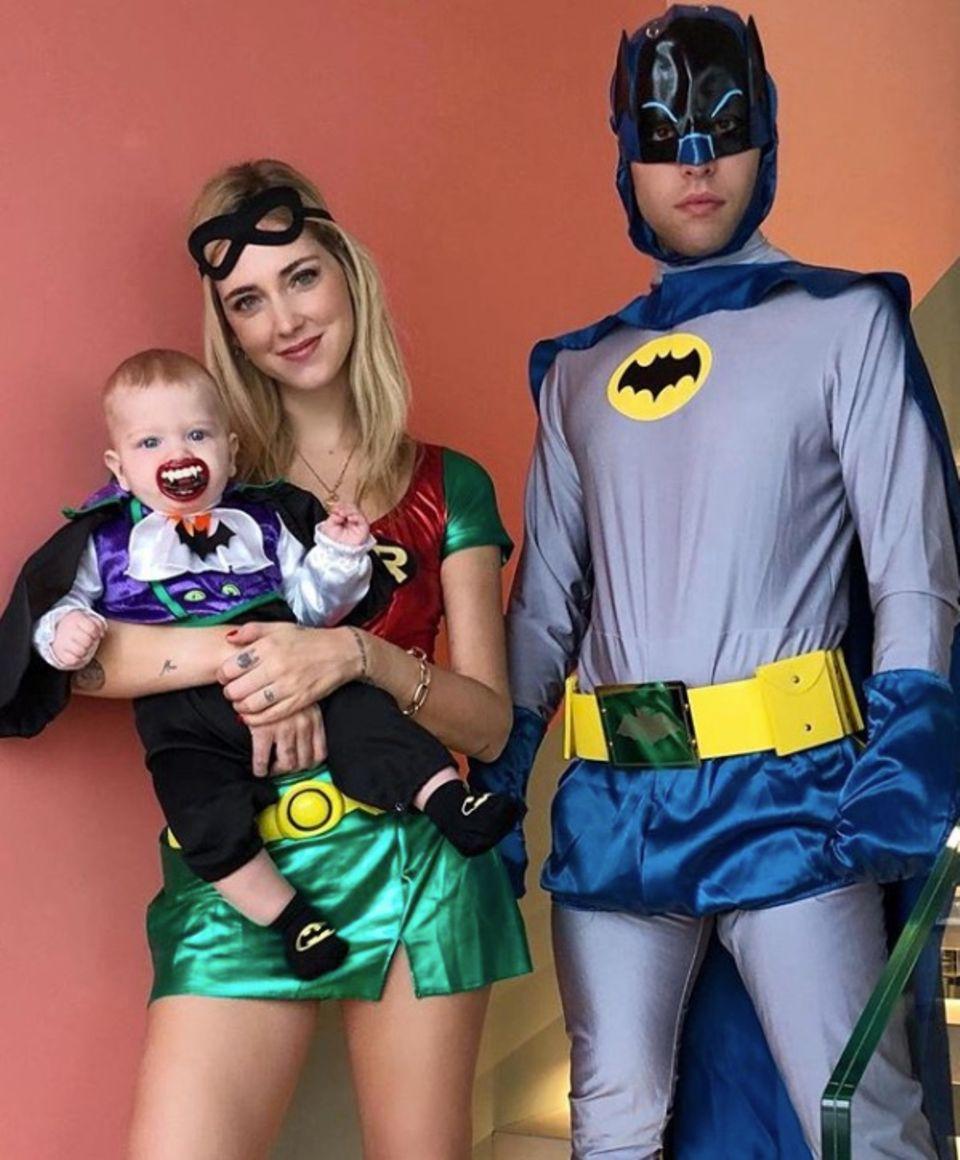 Ihre Kostüme sind der Hit: Modebloggerin Chiara Ferragni als Robin,Ehemann Fedez als Batman, Sohn Leo als Joker - inklusive Vampir-Zähne-Schnuller.