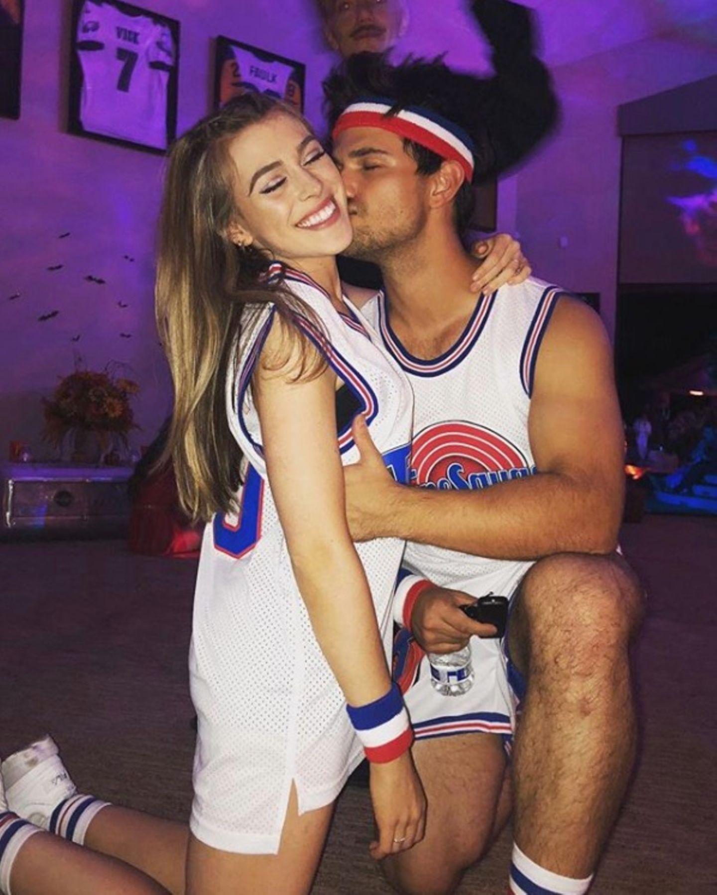 """""""Twilight""""-Star Taylor Lautner lässt mit seiner Freundin Tay Dome denkultigen 1996er-Kino-Hit""""Space Jam"""" wiederaufleben."""
