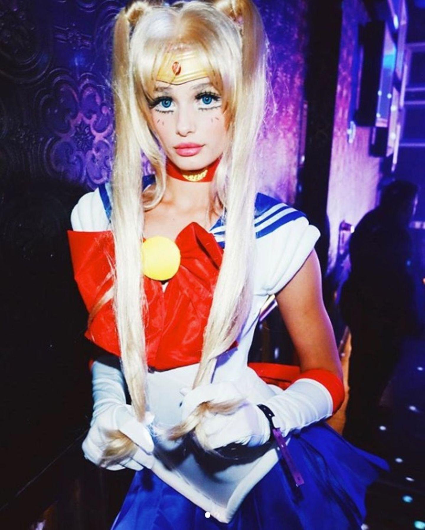 """""""Victoria's Secret""""-Model Taylor Hill outet sich mit ihrer Verkleidung als """"Sailor Moon""""-Fan."""