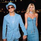 Supermodel Devon Windsor und ihr VerlobterJohnny Dex stellen zu Halloween den ikonischen Jeans-Auftritt des ehemaligen Pop-Traumpaares Britney Spears und Justin Timberlake.