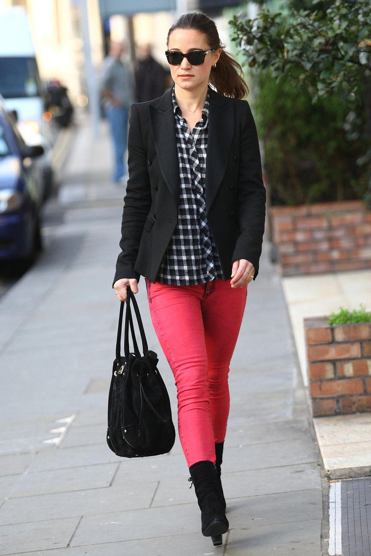 Die hübsche Schwester von Kate kombiniert eine rote Jeans zur schwarz-weiß karierten Bluse und schwarzen Blazer. Wie auch Herzogin Catherine, wertet sie den kompletten Look durch eine farbliche Akzentuierung auf.